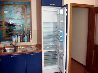 Можно ли встроить холодильник в шкаф