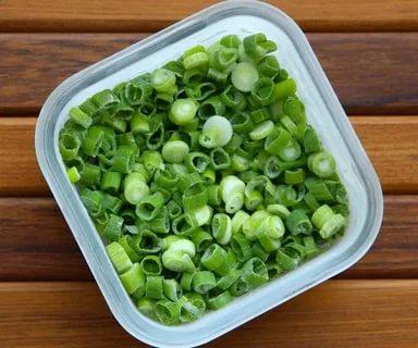 Можно ли заморозить зеленый лук в морозилке