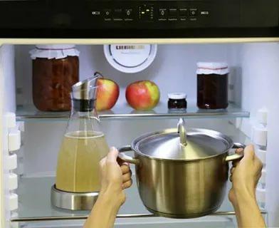 Можно ли ставить в холодильник горячую воду