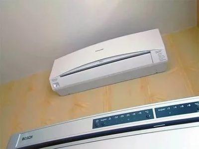 Можно ли ставить кондиционер над холодильником