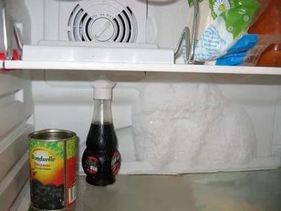 Почему образуется лед на задней стенке холодильника