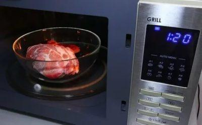 Можно ли размораживать мясо в микроволновке